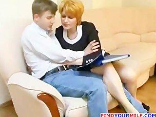 Dojrzala dobiera sie do mlodego pracownika