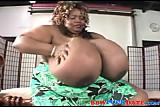 Czarna kobieta z ogromnymi balonami
