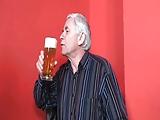 Stary piwosz posuwa mloda barmanke