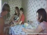 Dwie nastolatki ze swoimi partnerami