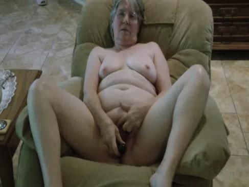 Stara  babcia chce sie pokazac w sieci