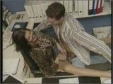 Dojrzala z mlodym pracownikiem w biurze