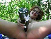 Zboczenia z butelka w lesie
