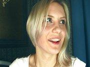 Nastoletnia blondynka daje dupy
