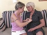 Nastolatka dobiera sie do babci