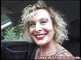 Dojrzala masturbuje sie w samochodzie