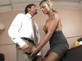 Piekna sekretarka dobiera sie do szefa