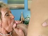 Stara babcia lubi mlodych ruchaczy