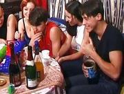 Sex impreza z pijanymi nastolatkami