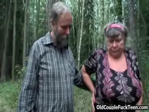 Babcia z dziadkiem na grzybobraniu