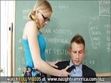 Studentka dobiera sie do przystojniaka