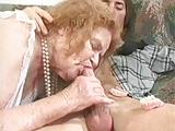 Stara babcia z mlodym mezczyzna