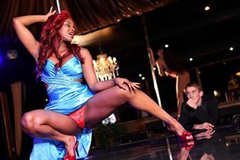 Czarna striptizerka w porno scenie