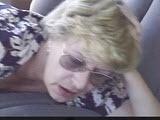 Babcia puscila sie w samochodzie