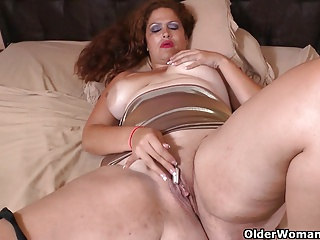 Latina milf Sandra needs relaxing after a hard day's work