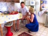 Staruszka dobiera sie do goscia w kuchni