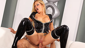 Super blondynka w latexie