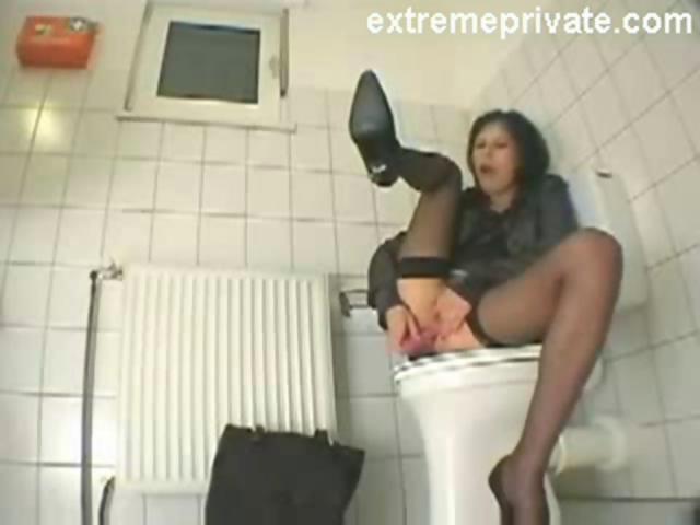 Amanda cumming on the toilet seat