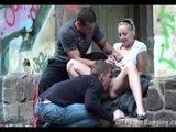 Nastolatka w miejscu pubicznym chce minetki