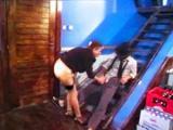 Stara babcia daje dupy na schodach