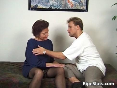 Horny mature slut gets wet pussy