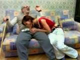 Mloda suczka ze starym dziadem