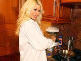 Blondynka rozbiera sie w kuchni