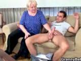Stara babcia z mlodym kolesiem