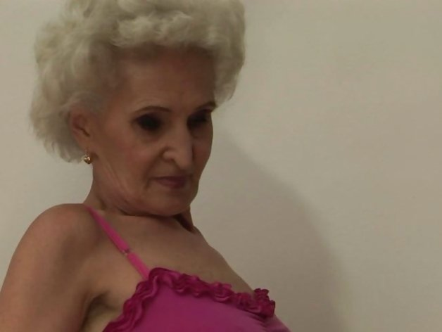 Sexy granny getting ready for some lesbian play