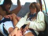 Japonskie uczennice w samochodzie