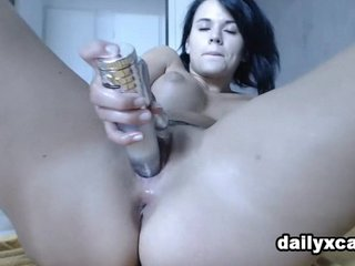 Hot Pusy shows hers wet cunt
