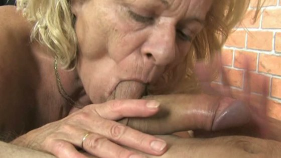 Sporty blonde granny facesitting and giving blowjob - Grannies porn