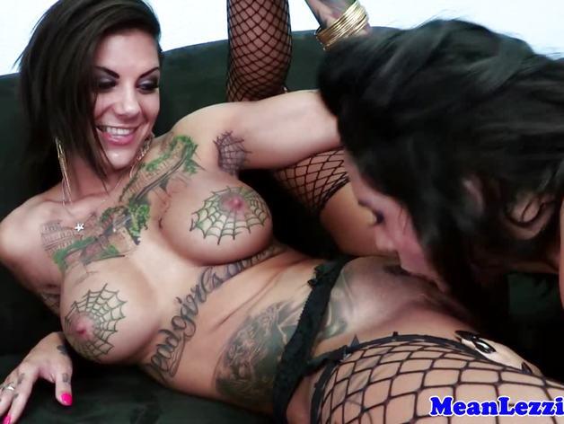Tattood lezdom dyke eats busty babes snatch | PornTube ®