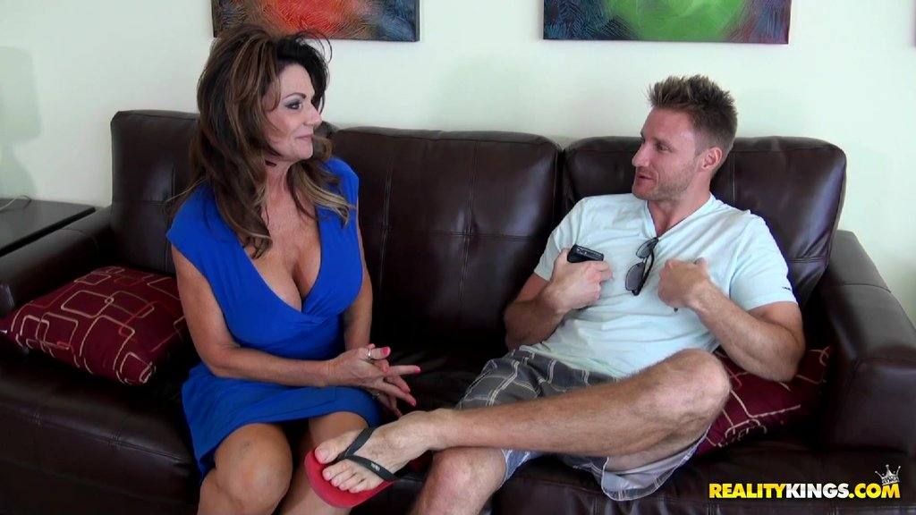 Scrumptious Deauxma Goes Hardcore With A Steamy Dude