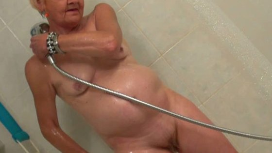 Lusty grannnie Mia washing her pussy in the shower - Grannies porn