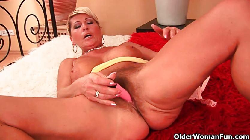 Hot gilf fucks herself with a dildo | PornTube ®