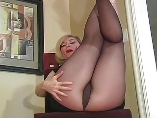 Vixen widens legs in pantyhose to expose pussy