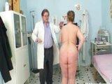 Dojrzala mamuska z wizyta u doktora