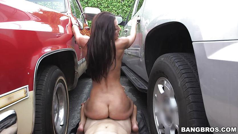 Rachel Starr fucked between two cars   PornTube ®