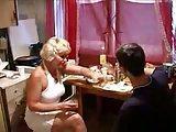 Rosyjska mamuska z synem w kuchni