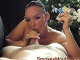 Laska z papierosem obciaga kutasa