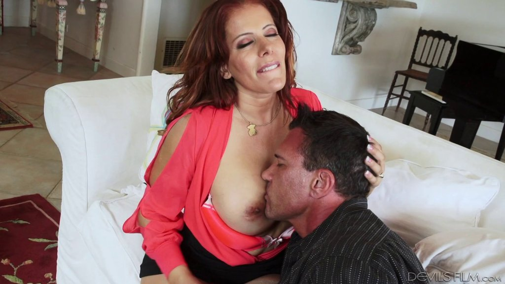 Latina MILF Giving A Blowjob To A Big Dick Guy And Getting Fucked Hard