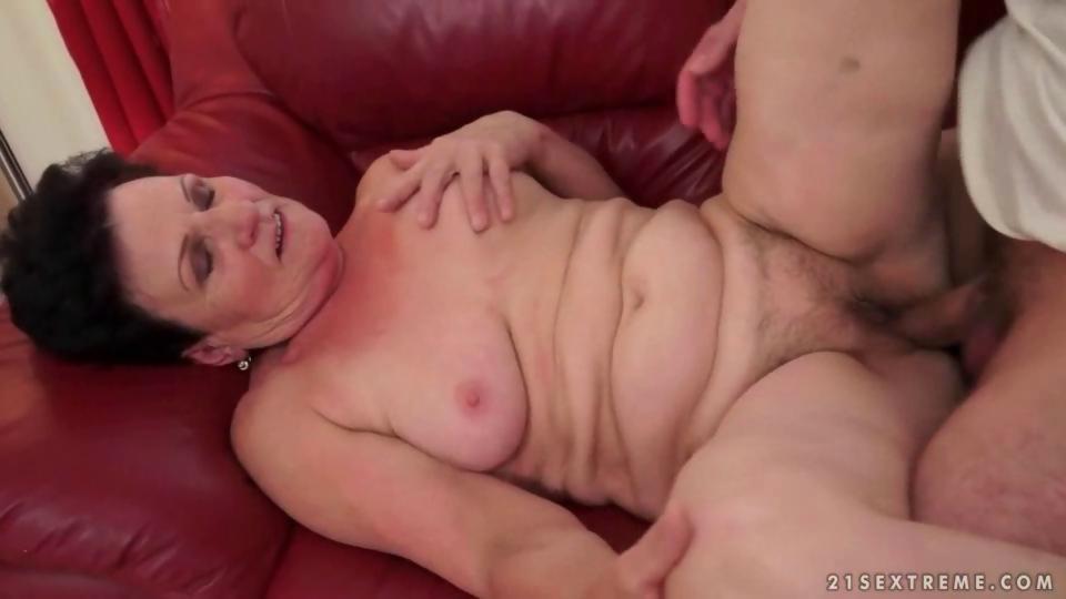 Boy loves hot busty granny and her wet pink vag - Hardsextube