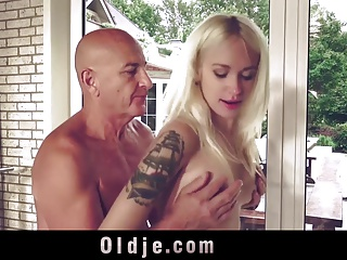 Sweet blonde girl sexercizing old man at gym