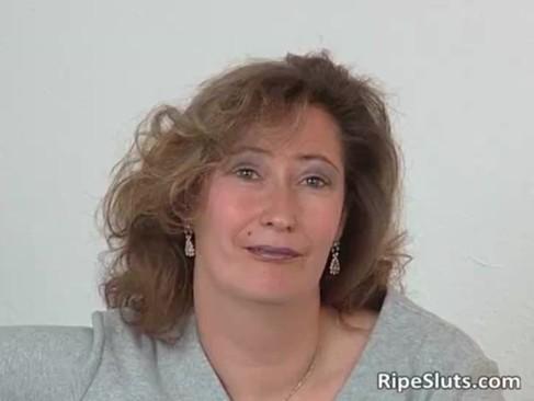 Mature slut in stockings use big dildo