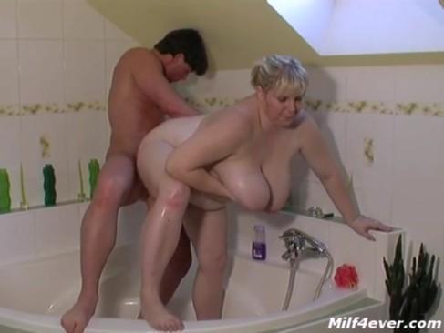 Порно видео трахнул мать в ванной