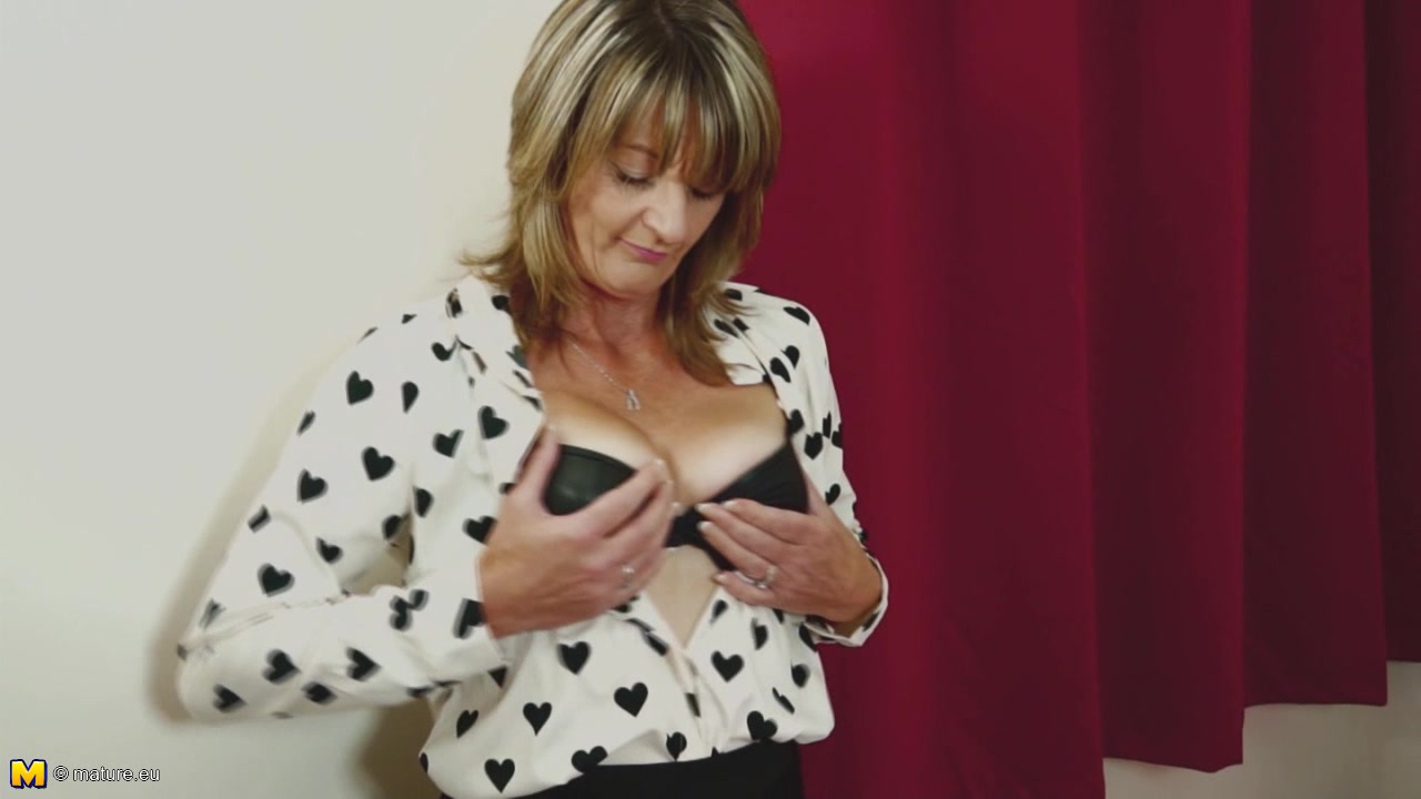 Deep Pussy Masturbation With The Cougar Who Loves The Solo Sessions