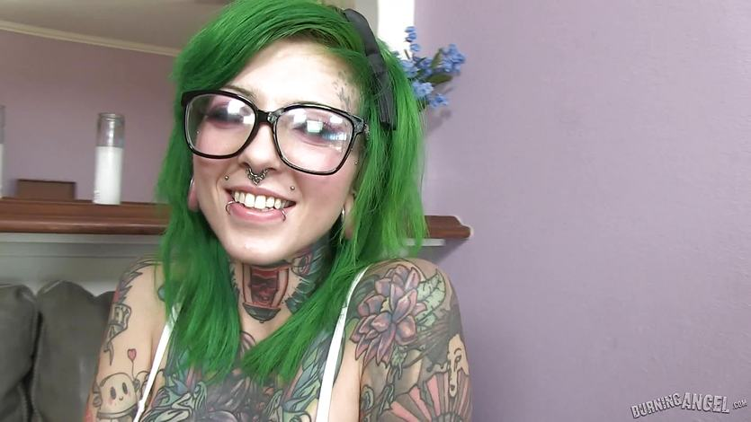Green haired babe Sydnee Vicious loves to suck cock | PornTube ®