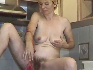 Ciocia masturbuje sie w kuchni