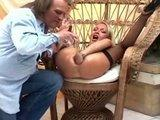 Ostry fisting: sex blondynka wklada rece do cipy i dupy
